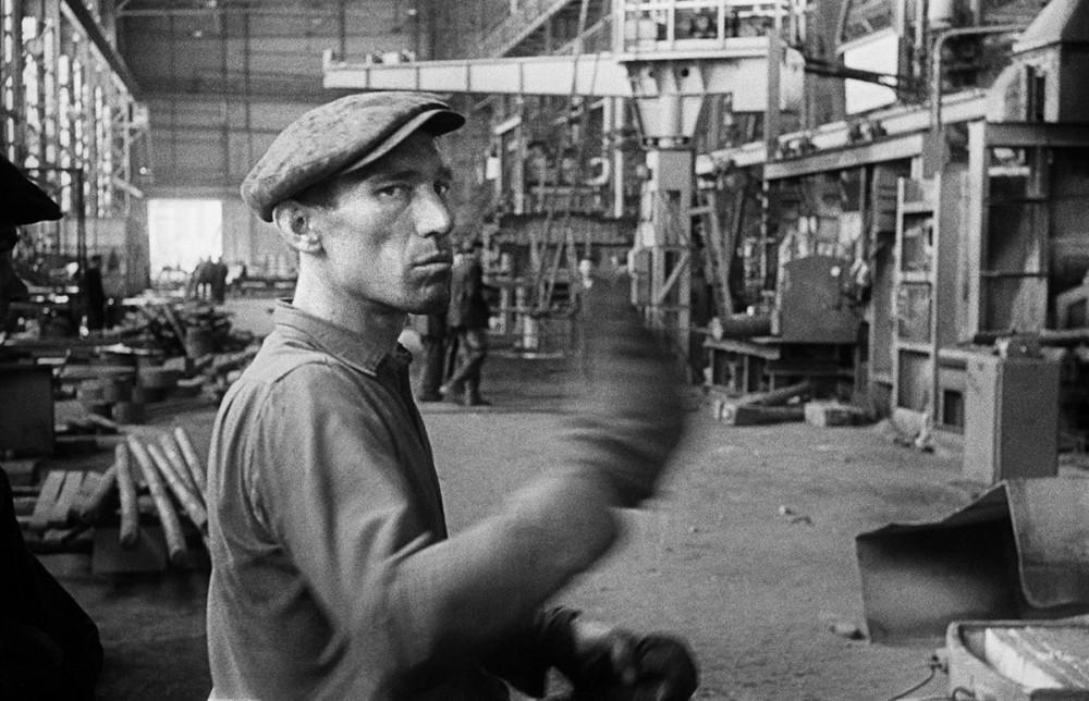 Robotnik w Hucie Warszawa, 1960. Fot. Tadeusz Rolke/Agencja Gazeta