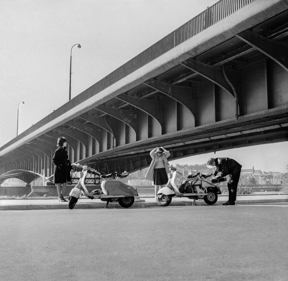 Przejażdżka skuterami nad Wisłą pod Mostem Śląsko-Dąbrowskim, 1960. Fot. Tadeusz Rolke/Agencja Gazeta