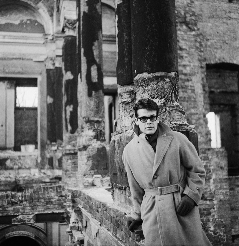 Aktor Zbigniew Cybulski w ruinach Pałacu Kronenberga przy ulicy Królewskiej, 1962. Fot. Tadeusz Rolke/Agencja Gazeta