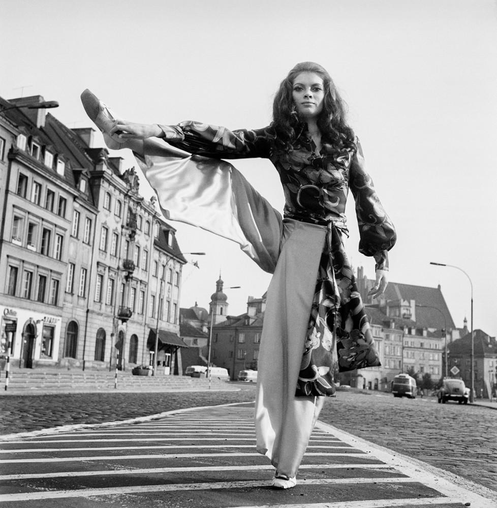 Modelka Lucyna Witkowska, sesja modowa projektantki Barbary Hoff na Placu Zamkowym, 1967. Fot. Tadeusz Rolke/Agencja Gazeta