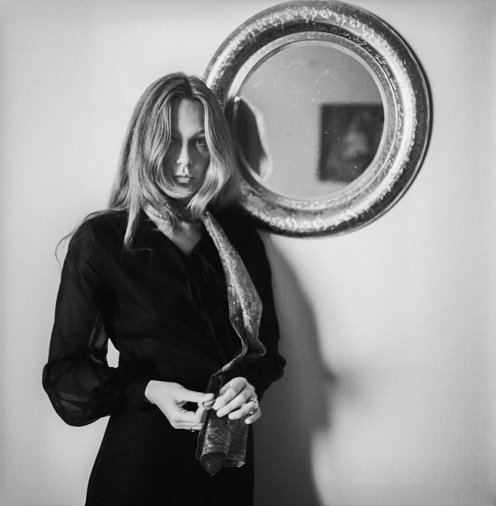 Aktorka Małgorzata Braunek w swoim mieszkaniu, 1970. Fot. Tadeusz Rolke/Agencja Gazeta