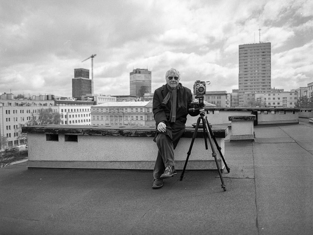 Sesja zdjęciowa na dachu budynku przy pl. Dąbrowskiego. Dokumentowanie miejsca, gdzie stała kamienica przy ul. Kredytowej 10, w której w latach wojny mieszkał Tadeusz Rolke, 2014, fot. Włodzimierz Pawłow