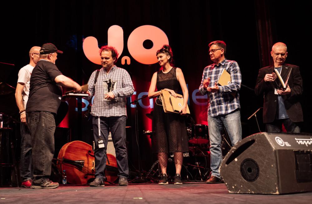 Zwycięzca konkurs MK Jazz Foto odbiera nagrodę. Fot. KB