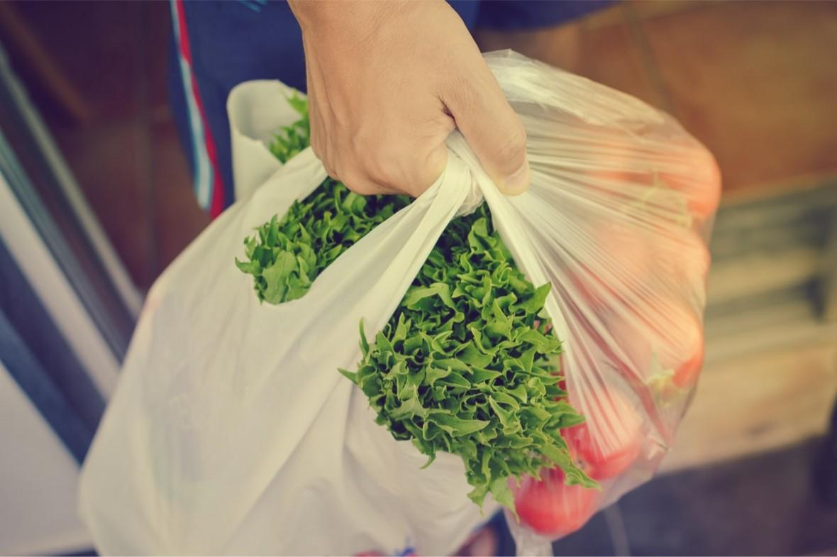 Od września zapłacimy więcej za torby foliowe. Co wybrać zamiast plastikowej reklamówki, żeby być bardziej eko?