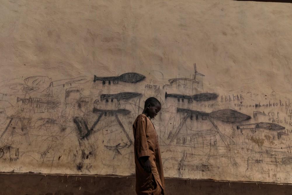 Fot. Marco Gualazzini/Contrasto. I miejsce w kat. Środowisko, historia. Kryzys nad Czadem. Sieroty, nazywane Almajiri, to uchodźcy, głównie z Nigerii. Uczą się w szkole muzułmańskiej, żebrzą, znają tylko przemoc.