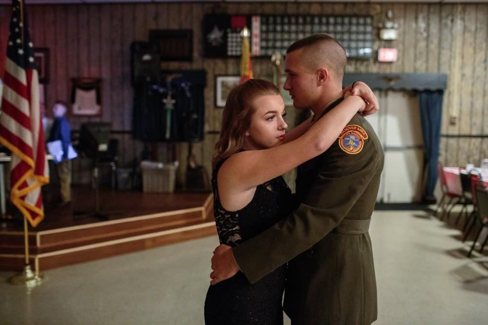 Fot. Sarah Blesener/Redux. I miejsce w kat. Długotrwałe projekty. Marine Garett tańczy ze swoją dziewczyną podczas lokalnego wydarzenia fetującego żołnierzy w Hanoverze w Pensylwanii.