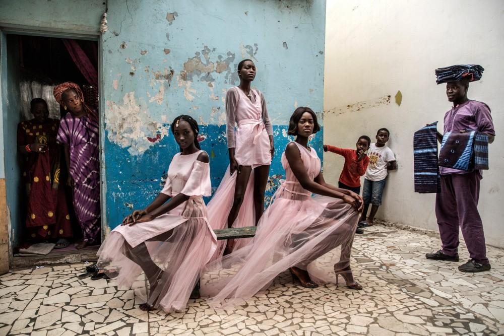 Fot. Finbarr O'Reilly. I miejsce w kat. Portrety, pojedyncze zdjęcie. Modelki Diarra Ndiaye, Ndeye Fatou Mbaye i Malezi Sakho noszą ubrania senegalskiej projektantki Adamy Paris na ulicy w Dakarze.