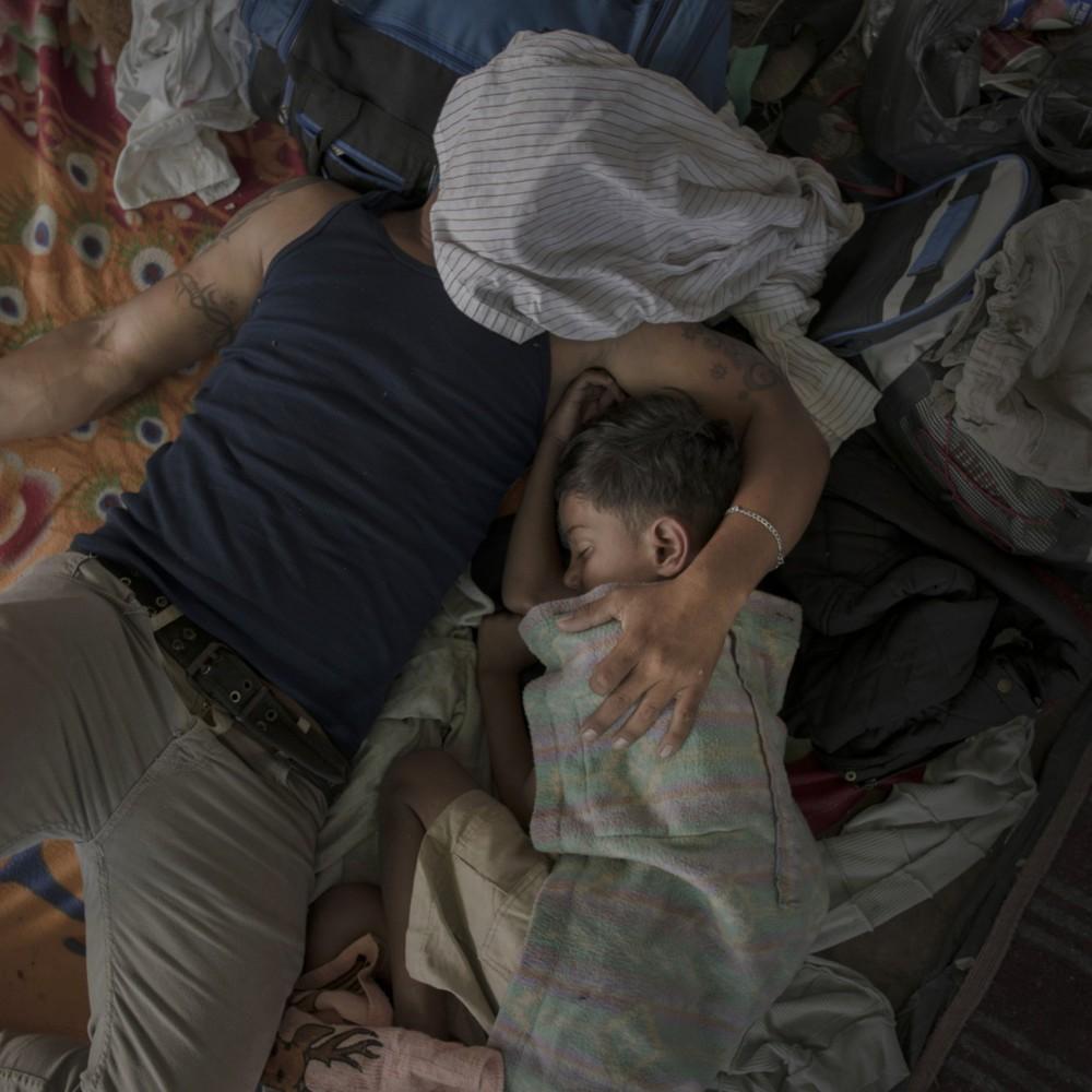 """Fot. Pieter Ten Hoopen, Agence Vu/Civilian Act, """"The Migrant Caravan """", Fotoreportaż Roku. Imigranci z Ameryki Środkowej zmierzający karawanami w kierunku USA. San Pedro Sula, Honduras, 12 października 2018 roku."""