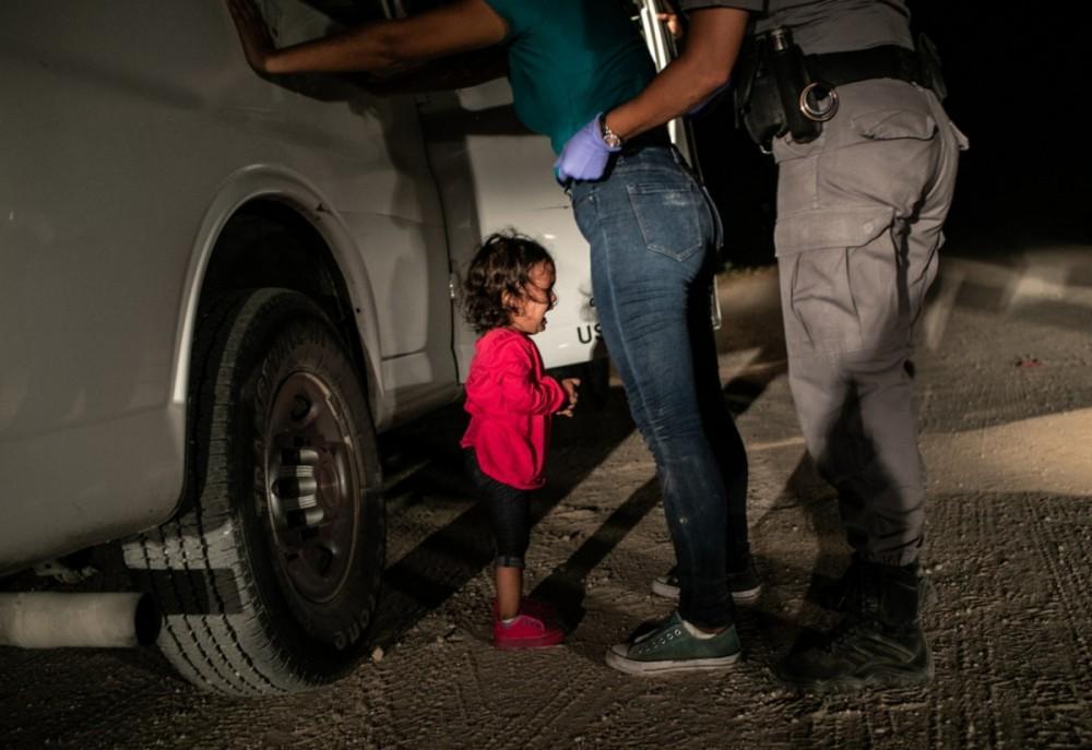 Fot. John Moore, Zdjęcie roku World Press Photo 2019. 12 czerwca 2018 roku, McAllen, Texas. Dwulatka płacze, gdy jej matka jest przeszukiwana na granicy. Tydzień później administracja Donalda Trumpa zrezygnowała z kontrowersyjnego rozdzielania dzieci i rodziców na amerykańsko-meksykańskiej granicy.