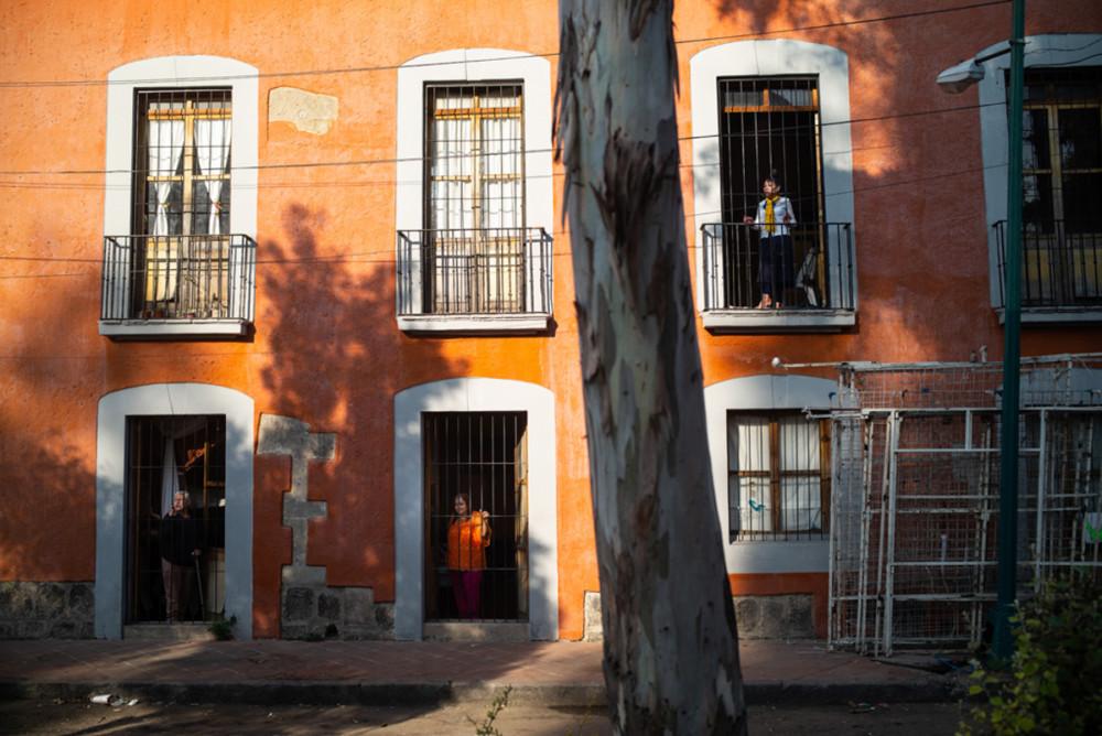 """Fotoreportaż - I miejsce w kategorii LUDZIE. Fot. Mariusz Janiszewski, """"National Geographic"""" Meksyk. Mimo że prostytucja w Meksyku jest legalna, kobiety zajmujące się tą profesją żyją w skrajnej biedzie. W stolicy powstał pierwszy na świecie ośrodek dla emerytowanych prostytutek. Na zdjęciach kolejno: 1) Casa Xochiquetzal – nazwa tego miejsca została zaczerpnięta od imienia azteckiej bogini piękna. 2) W zacisznym miejscu przebywa kilkanaście kobiet. 3) Prowadzą spokojne życie. 4) Codzienne odbywają się warsztaty manualne. 5) Większość czasu kobiety spędzają jednak w swoich pokojach. 6) Mimo że większość wybierała ten zawód z potrzeby utrzymania rodziny, dzieci, dowiedziawszy się o profesji matek, odmawiały dalszego kontaktu. 7) Największym problemem ośrodka jest finansowanie. 8) Religia dla tych kobiet jest ważną częścią życia. Styczeń 2019."""