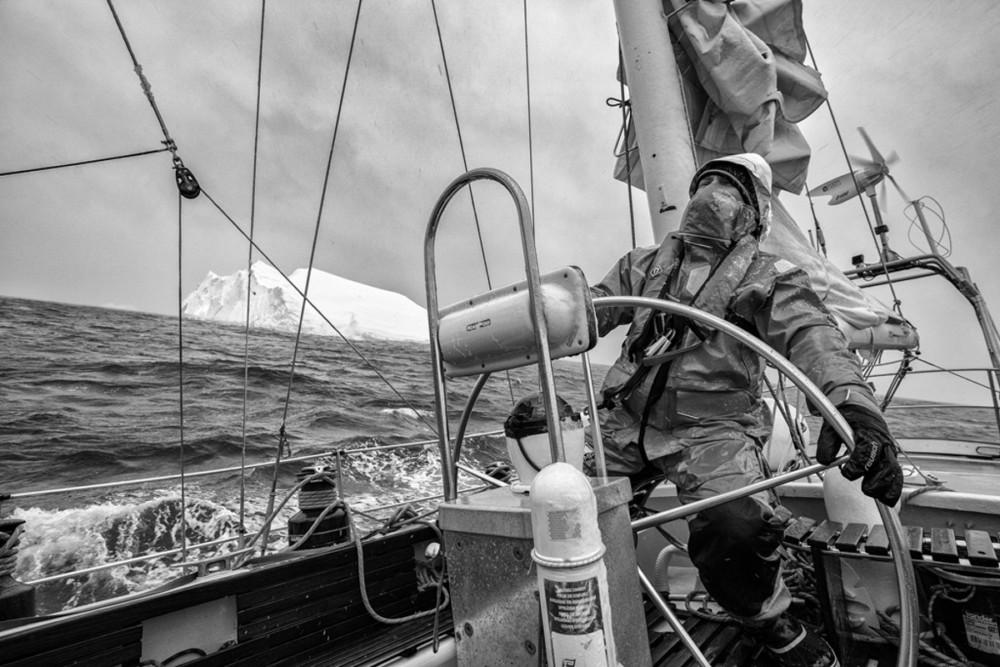 Fotoreportaż - I miejsce w kategorii ŚRODOWISKO. Fot. Maciej Jabłoński, F11 – Studio Antarktyda. Reportaż powstał podczas antarktycznego rejsu jesienią 2018 roku, autor był członkiem załogi S/Y Selma Expeditions – jachtu, który od kilkunastu lat eksploruje wody Antarktydy. Na zdjęciach kolejno: 1) Pierwsze góry lodowe po sześciu sztormowych dniach w Cieśninie Drake'a. 2) Wczesną wiosną pingwiny są jeszcze przed okresem lęgowym. 3) Muzeum Acatushún – muzeum laboratorium specjalizujące się w badaniach biologii ssaków morskich. 4) Cumujemy burtą do wraku norweskiego statku-przetwórni Governoren, jednej z niechlubnych pamiątek po erze masowych polowań na wieloryby. Governoren spłonął podczas swej ostatniej misji w 1915 roku, gdy na pokładzie doszło do pożaru, w wyniku którego zapaliły się tysiące litrów oleju wytworzonego z wymordowanych wielorybów. 5) Jedna z porannych wacht, schodzimy z kotwicy, by dalej eksplorować kanały wzdłuż Półwyspu Antarktycznego. 6) Zodiac – nieodłączny towarzysz przybrzeżnych eksploracji. 7) Czwarta nad ranem. Dryfowaliśmy z falą po nieudanej próbie dotarcia do ukraińskiej bazy antarktycznej. Kapitan nad mapą i sonarem pełni wachtę 24 h na dobę. 8) Żeglując po wodach Antarktyki, mijaliśmy góry lodowe różnej wielkości i kształtu. Ta była ogromnym regularnym blokiem. Nawet do 80 proc. góry może znajdować się pod wodą. Październik–listopad 2018