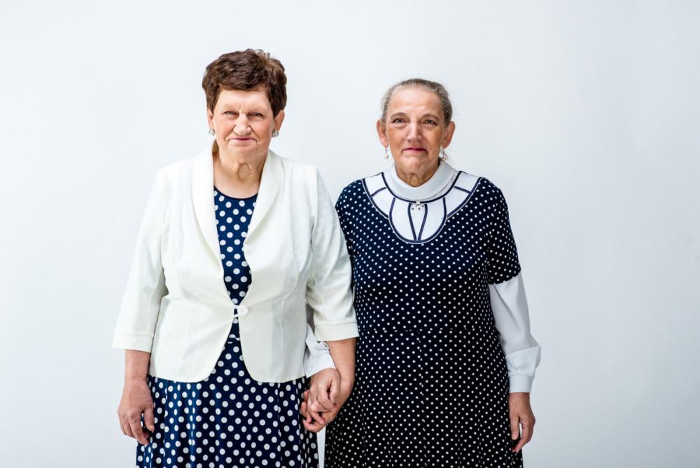 Zdjęcie pojedyncze - I miejsce w kategorii PORTRE. Fot. Waldemar Stube Gniezno. Zofia i Aniela to siostry, które w latach 50. jako małe dzieci z niepełnosprawnością intelektualną trafiły do Domu Opieki Sióstr Elżbietanek w Łopiennie i mieszkają tam do dzisiaj. Całe życie razem. 12 grudnia 2018.