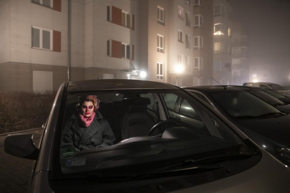"""Zdjęcie pojedyncze - II miejsce w kategorii PORTRET. Fot. Mariusz Forecki, Kulturaupodstaw.pl Poznań. Małgorzata Maciaszek określa siebie jako performerkę. Występuje od kilku lat jako Lola Eyeonyou Potocki w roli drag queen, zarezerwowanej wcześniej dla mężczyzn. Zdjęcie pochodzi z reportażu realizowanego podczas przygotowań Loli do występu w poznańskim klubie Punto Punto oraz na kilku imprezach """"Twój drag brzmi znajomo"""". 15 lutego 2019"""