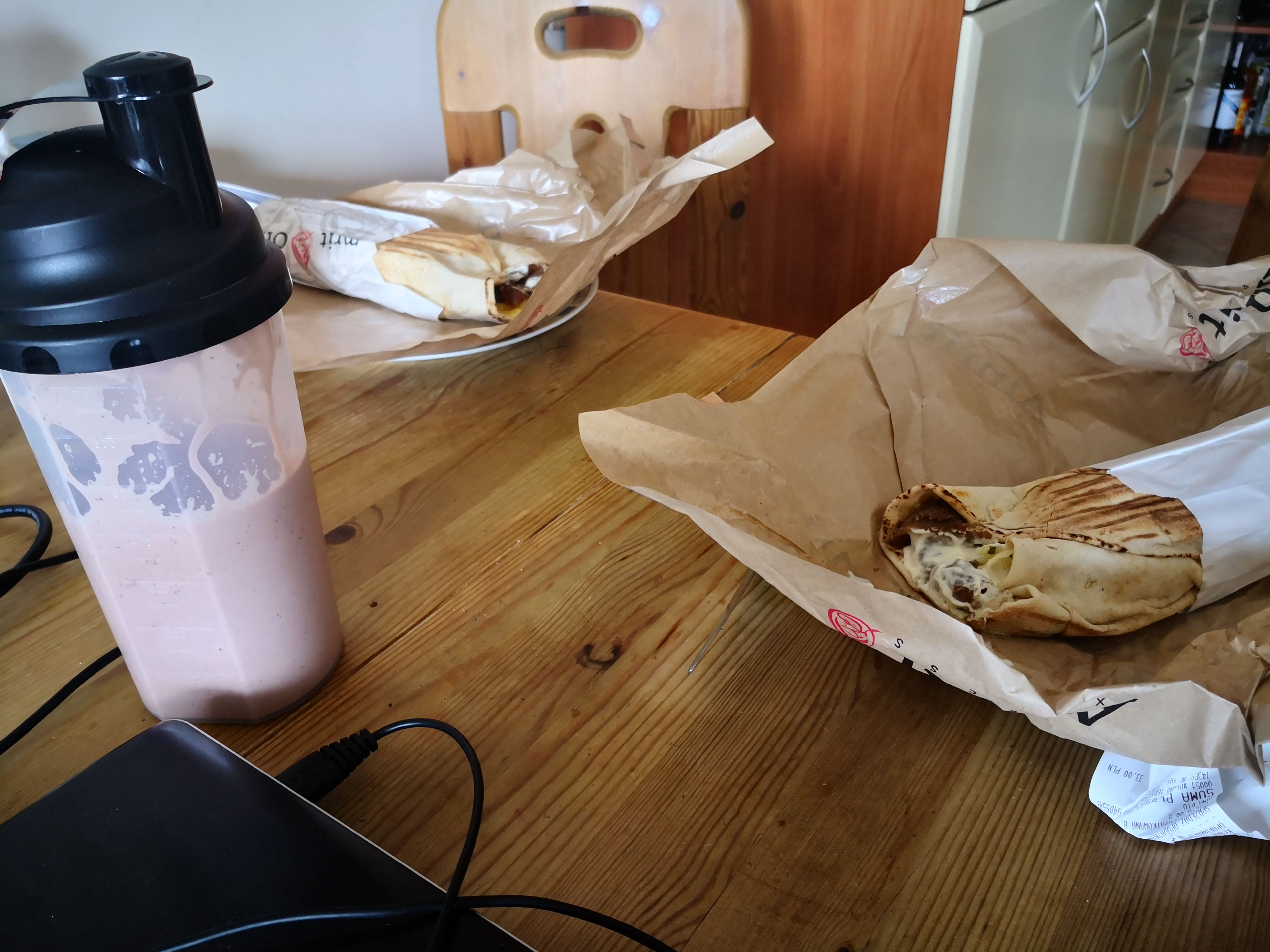 HUEL: Wizyta u kolegi. Wraz z dziewczyną jedzą obiad. Ja obiad piję.