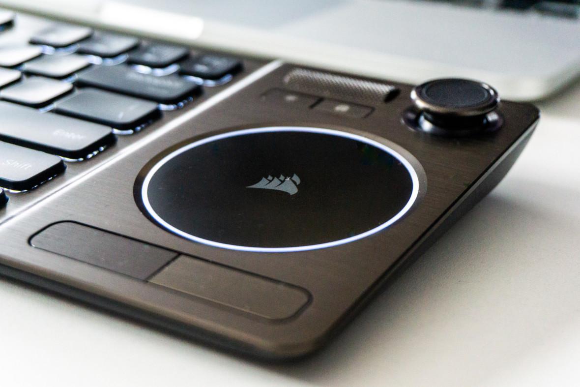 Jedna klawiatura, by wszystkimi RTV rządzić, wszystkie odnaleźć i w salonie wiązać. Recenzja Corsair K83 Wireless