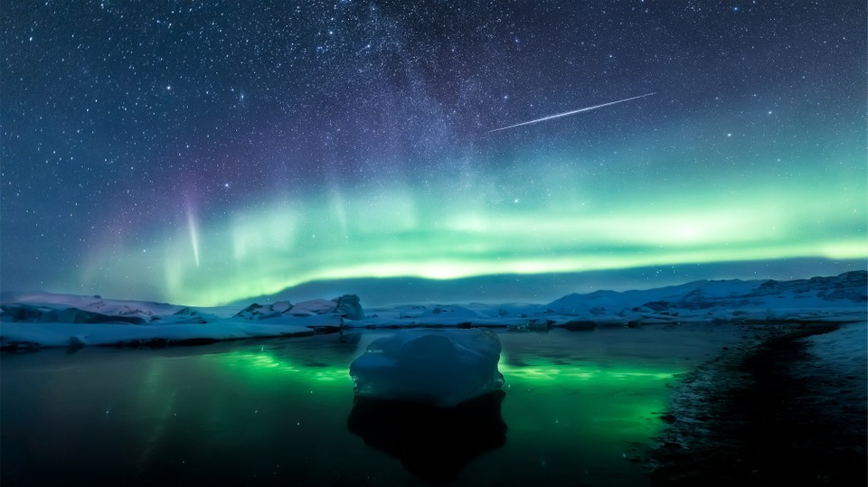 """Fot. Angel Yu, """"Reflections of aurorae and meteors"""""""