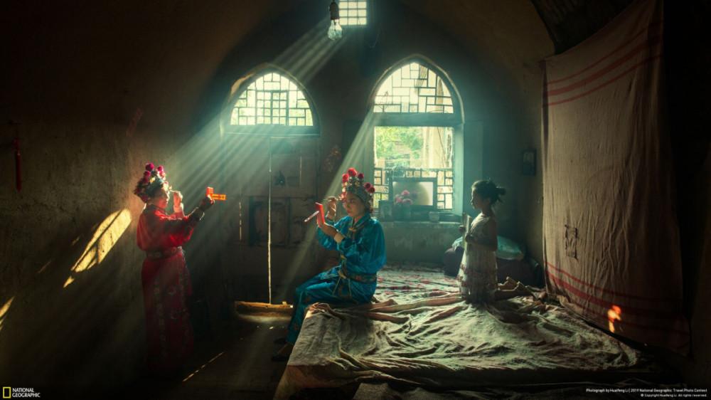 """Fot. Huaifeng Li, """"SHOWTIME"""" - I miejsce w kategorii """"People"""". Fot. Huaifeng Li, """"SHOWTIME"""" - I miejsce w kategorii """"People"""". Aktorzy przygotowują się do wieczornego przedstawienia operowego w hrabstwie Licheng w Chinach."""