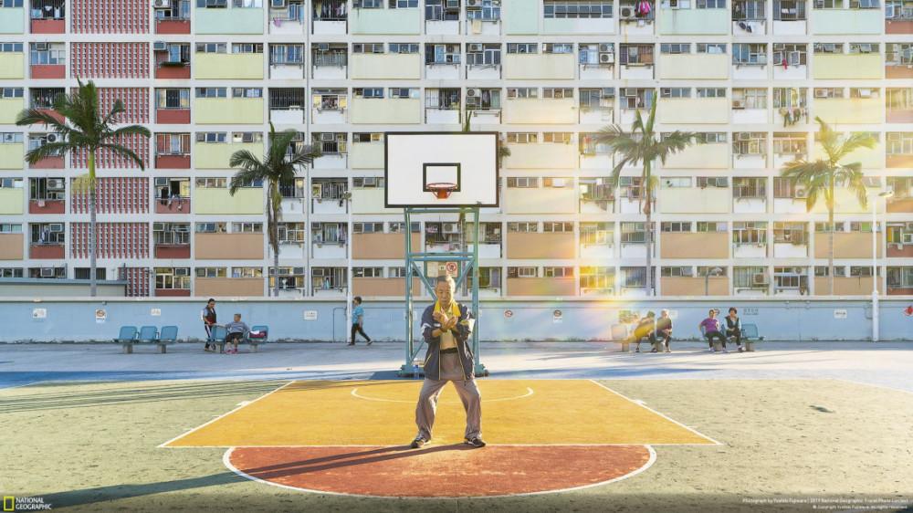 """Fot. Yoshiki Fujiwara, """"DAILY ROUTINE"""" - II miejsce w kategorii """"Ludzie"""". Starszy mężczyzna uprawia Tai Chi o wschodzie słońca w parku w Choi Hung House w Hong Kongu."""