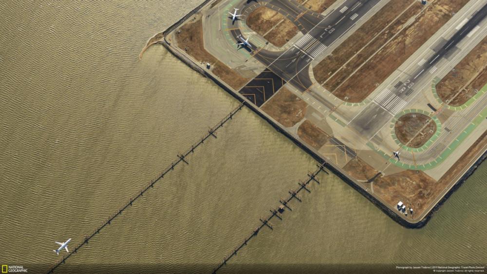 """Fot. Jassen Todorov, """"IN THE AGE OF AVIATION"""" - II miejsce w kategorii """"Cities"""".Lotnisko w San Francisco sfotografowane z samolotu."""