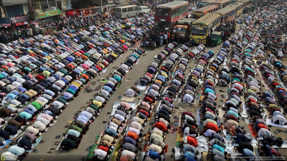 """Fot. Sandipani Chattopadhyay, """"STREETS OF DHAKA"""" - III miejsce w kategorii """"Cities"""". Ludzie modlą się na ulicach miasta Dhaka w Bangladeszu w trakcie jedno z największych na świecie muzułmańskich świąt Ijtema."""