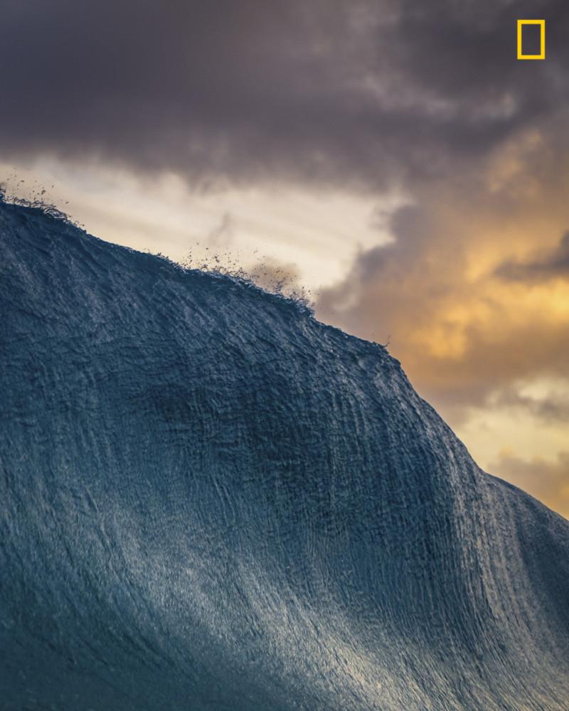 """Fot. Danny Sepkowski, """"DREAM CATCHER"""" - II miejsce w kategorii """"Nature"""". Oahu na Hawajach. Fala uchwycona tuż przed załamaniem. W tle zachodzące słońce."""