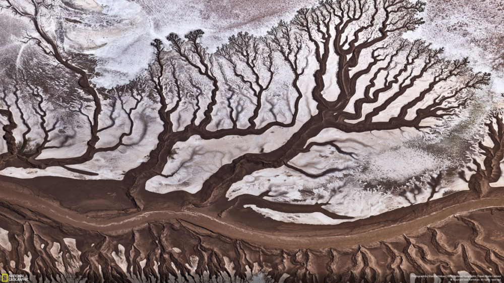 """Fot. Stas Bartnikas, """"COLORADO RIVER"""" - nagroda publiczności w kategorii """"Nature"""". Rzeka Kolorado jest bardzo płytka ze względu na aktywne wycofywanie z niej wody do celów rolniczych. Kiedy rzeka spotyka się z oceanem w Meksyku, jest prawie sucha. To zdjęcie lotnicze zostało zrobione z samolotu Cessna."""