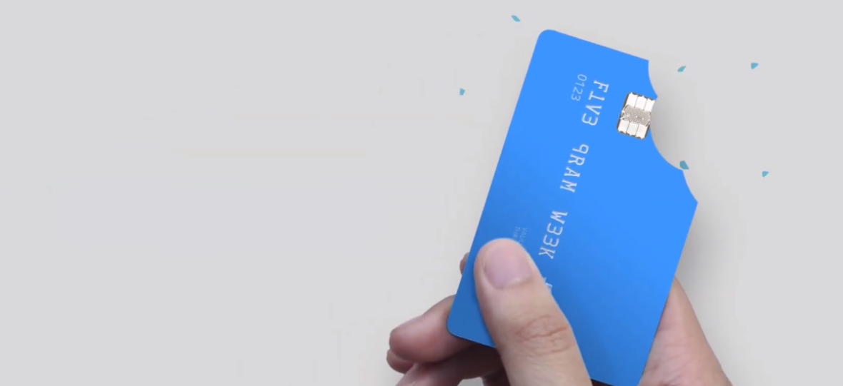 Co tydzień pożerasz kartę kredytową i nawet o tym nie wiesz. Wyniki nowych badań o zanieczyszczeniu plastikiem są wstrząsające