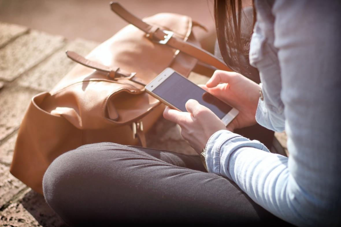 Naukowcy zbadali wpływ technologii na ludzi. Uzależnieni od smartfonów zamieniają się w radar na fake newsy