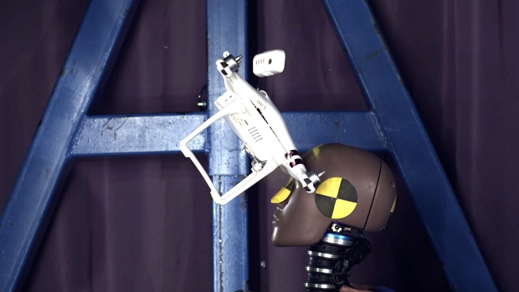 zderzenie drona z głową