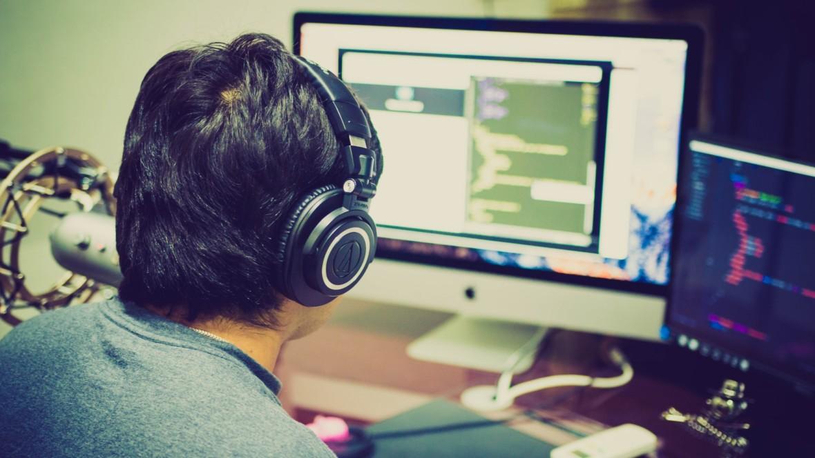 Typowy programista to nerd pijący hektolitry kawy? Niekoniecznie.  Oto wyniki ankiety No Fluff Jobs
