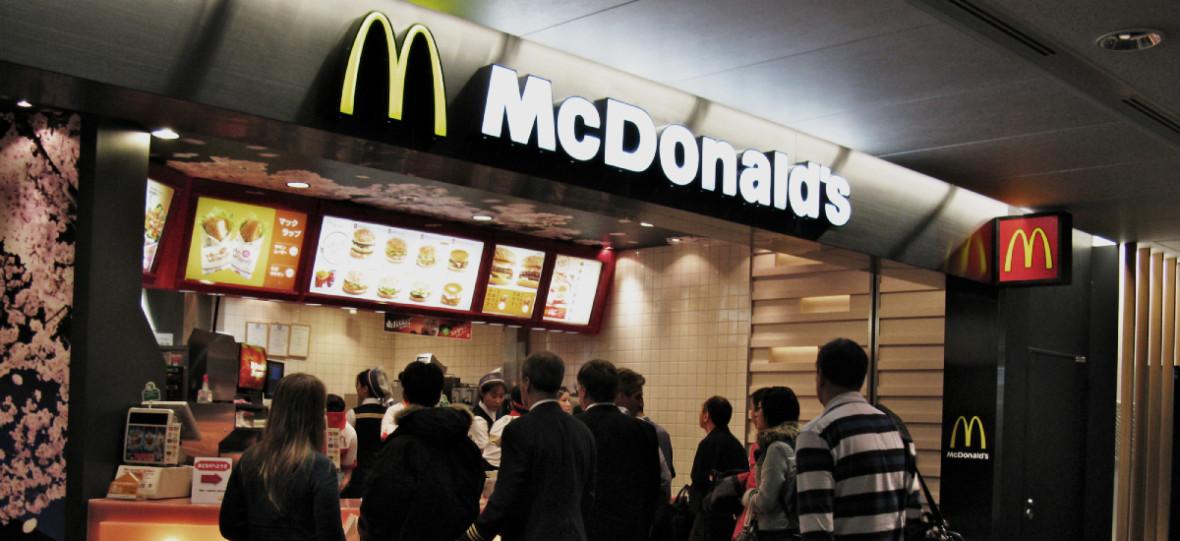 A może frytki do tego? – to pytanie zada ci sztuczna inteligencja. McDonald's zastąpi pracowników botami