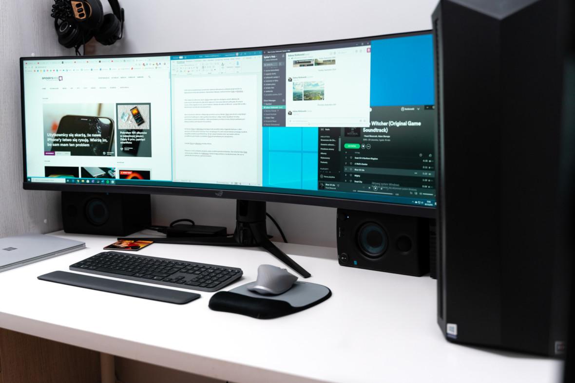 Ten monitor ledwie zmieścił mi się na biurko, ale było warto. Asus ROG Strix XG49VQ – wrażenia z pracy i rozrywki na 49 calach