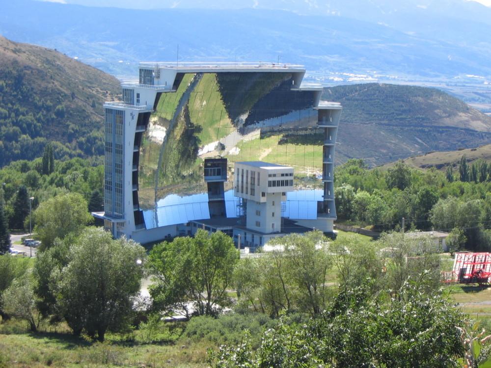 Piec słoneczny (solarny) w miejscowości Odeillo we Francji, fot. Björn Appel / Wikipedia / CC 3.0