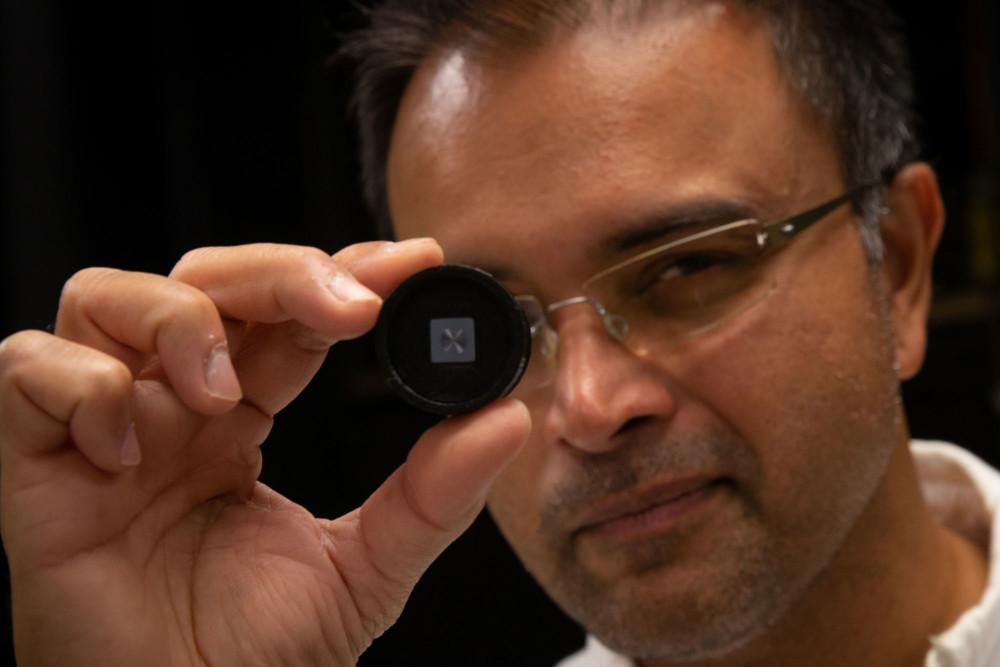 Rajesh Menon i supercienki obiektyw fot. Dan Hixson / University of Utah College of Engineering