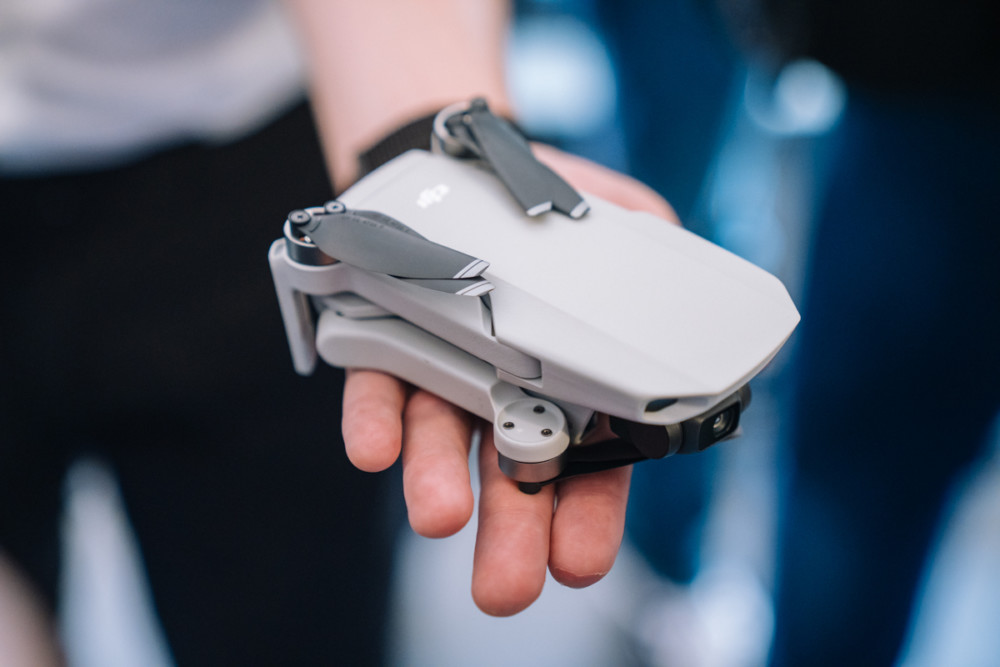 DJI Mavic Mini złożony mieści się na otwartej dłoni
