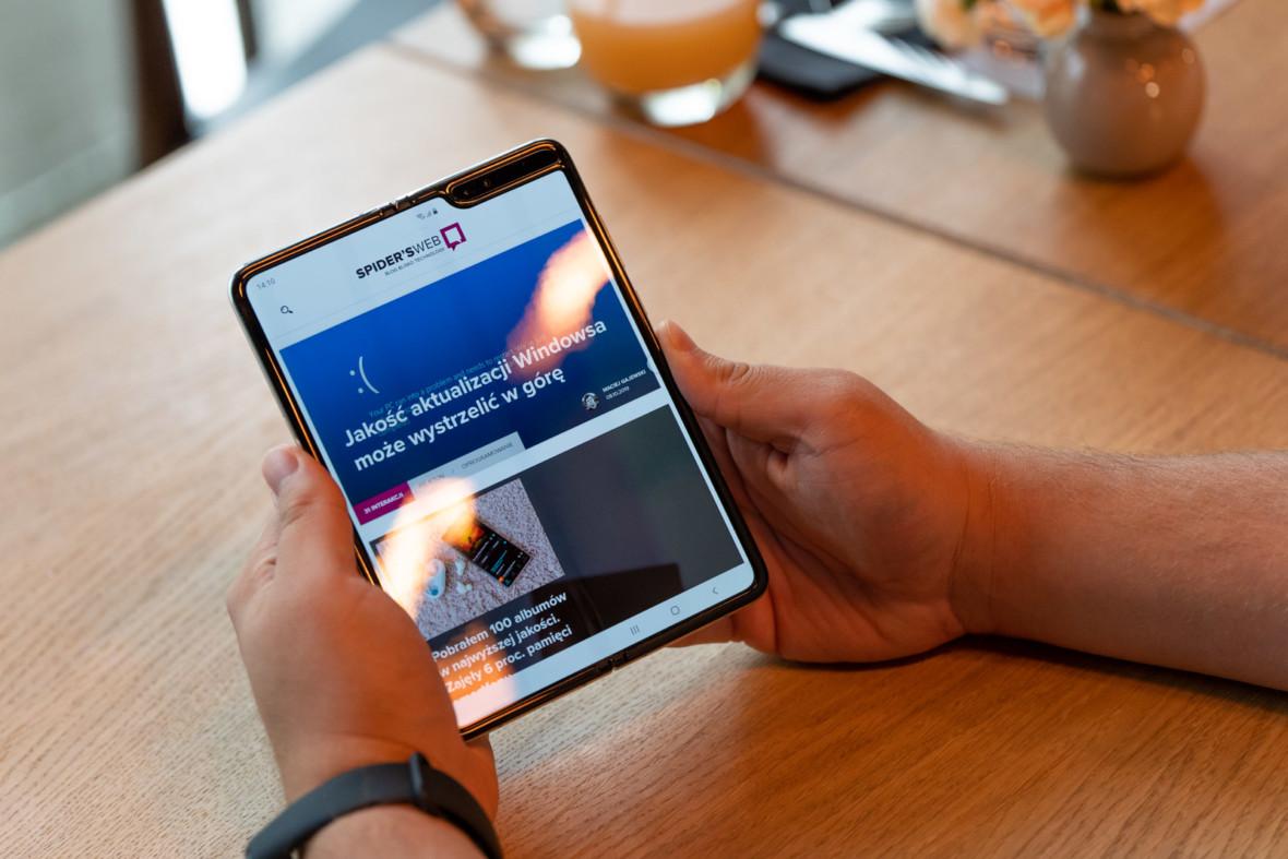 Galaxy Fold na abonament w Play – poznaliśmy ceny smartfona z elastycznym wyświetlaczem