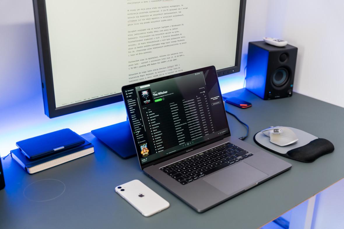 Jak przekształcić laptopa w komputer stacjonarny, żeby było ładnie i wygodnie – poradnik krok po kroku