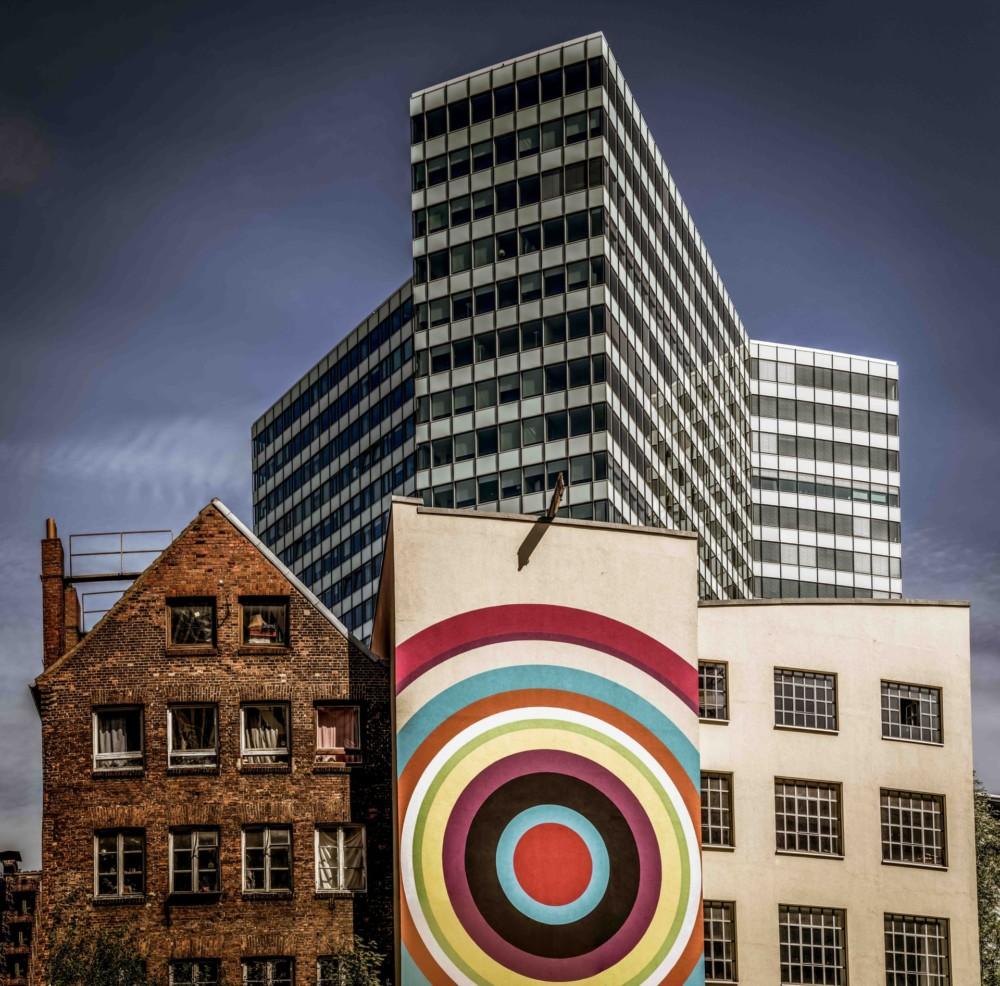 """""""To zdjęcie pokazuje pokojowe współistnienie starej i nowej architektury. Budynki nie pasują do siebie, ale nie walczą ze sobą"""". Fot. Volker Sander"""