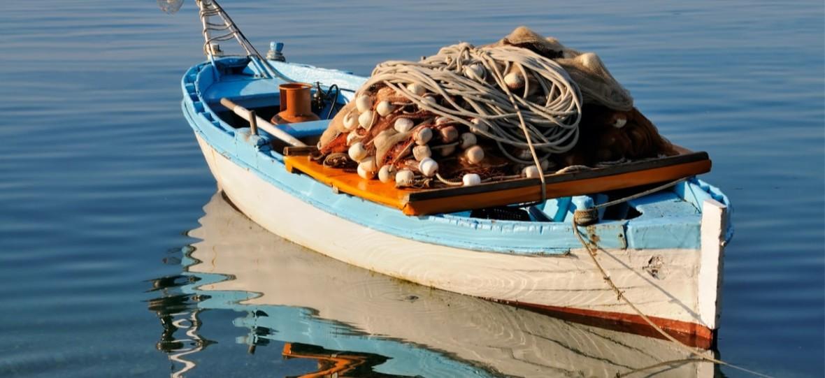 W morzach i oceanach zaczyna brakować ryb, a woda jest pełna plastiku