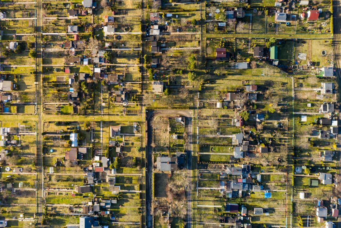 Miał latać nad Islandią, steruje dronem z ogródka przy domu i fotografuje Radzionków