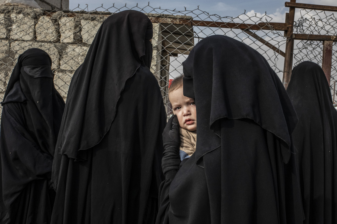 """Fot. Alessio Mamo, """"Russian Mother and her Child at Al-Hol Refugee Camp"""". 2. miejsce w kategorii General News"""
