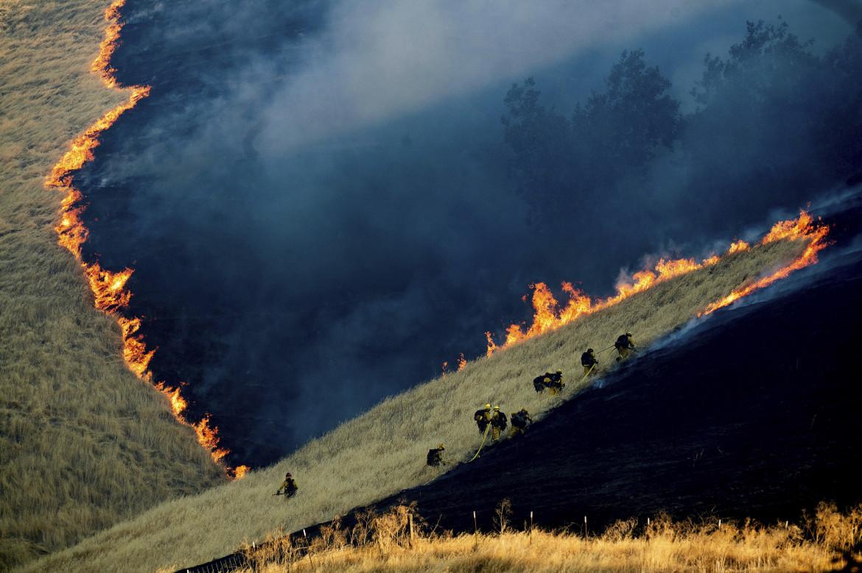 """Fot. Noah Berger / Associated Press, """"Battling the Marsh Fire"""". 2. miejsce w kategorii Environment"""