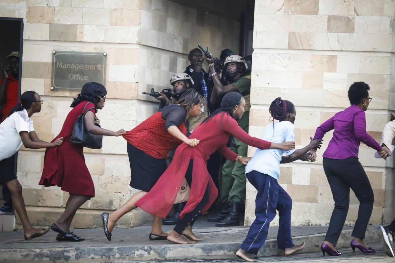 "Fot. Dai Kurokawa / European Pressphoto Agency, ""Nairobi DusitD2 Hotel Attack"". 2. miejsce w kategorii Spot News"