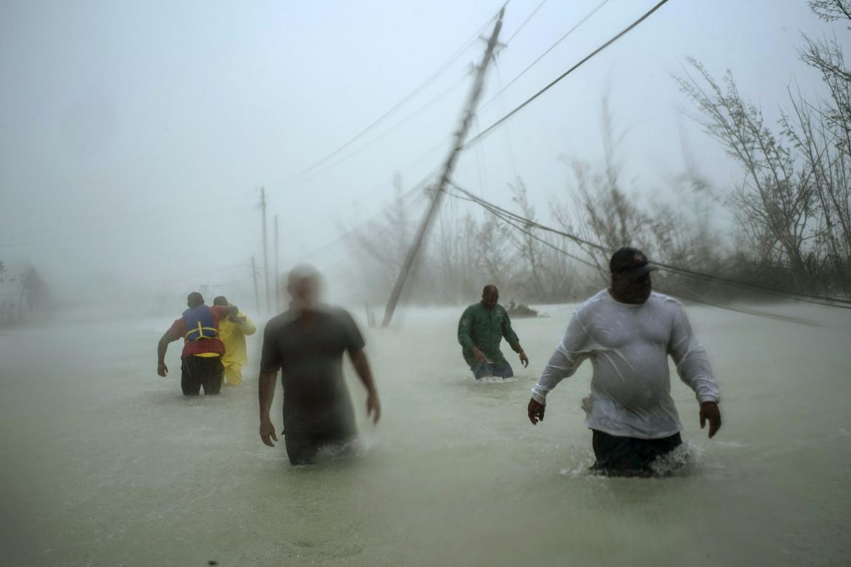 "Fot. Ramon Espinosa / Associated Press, ""Dorian's Devastation"". 3. miejsce w kategorii Spot News"