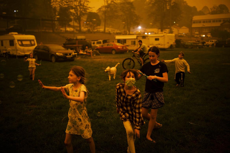 "Fot. Sean Davey / Agence France Presse, ""Bushfire Evacuation Center"". 2. miejsce kategorii Contemporary Issues"