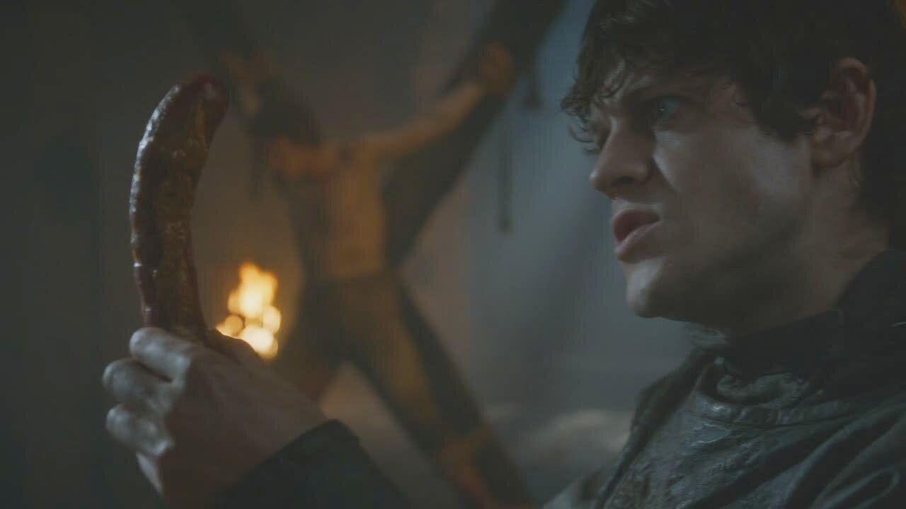 """Inna twarz Ramsaya Boltona. Na tym filmie to najbardziej uprzejmy i sympatyczny bohater """"Gry o tron"""""""