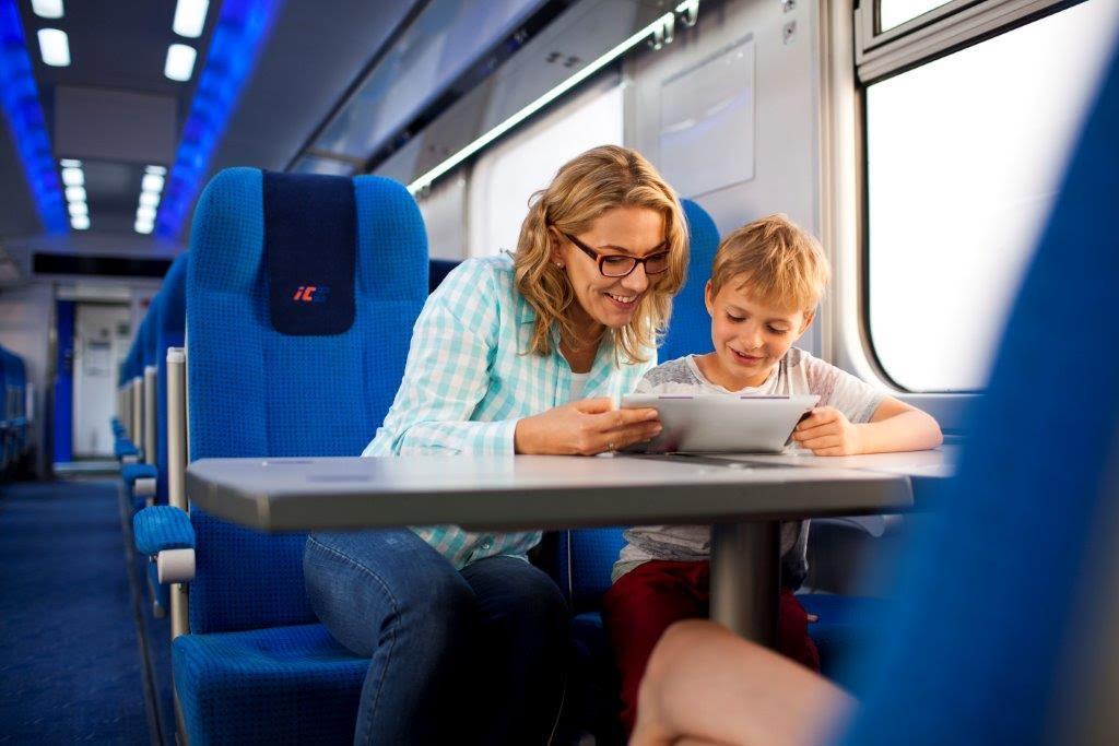 """""""Książka w podróży"""" – PKP Intercity ułatwia klientom dostęp do darmowych e-booków w pociągach"""