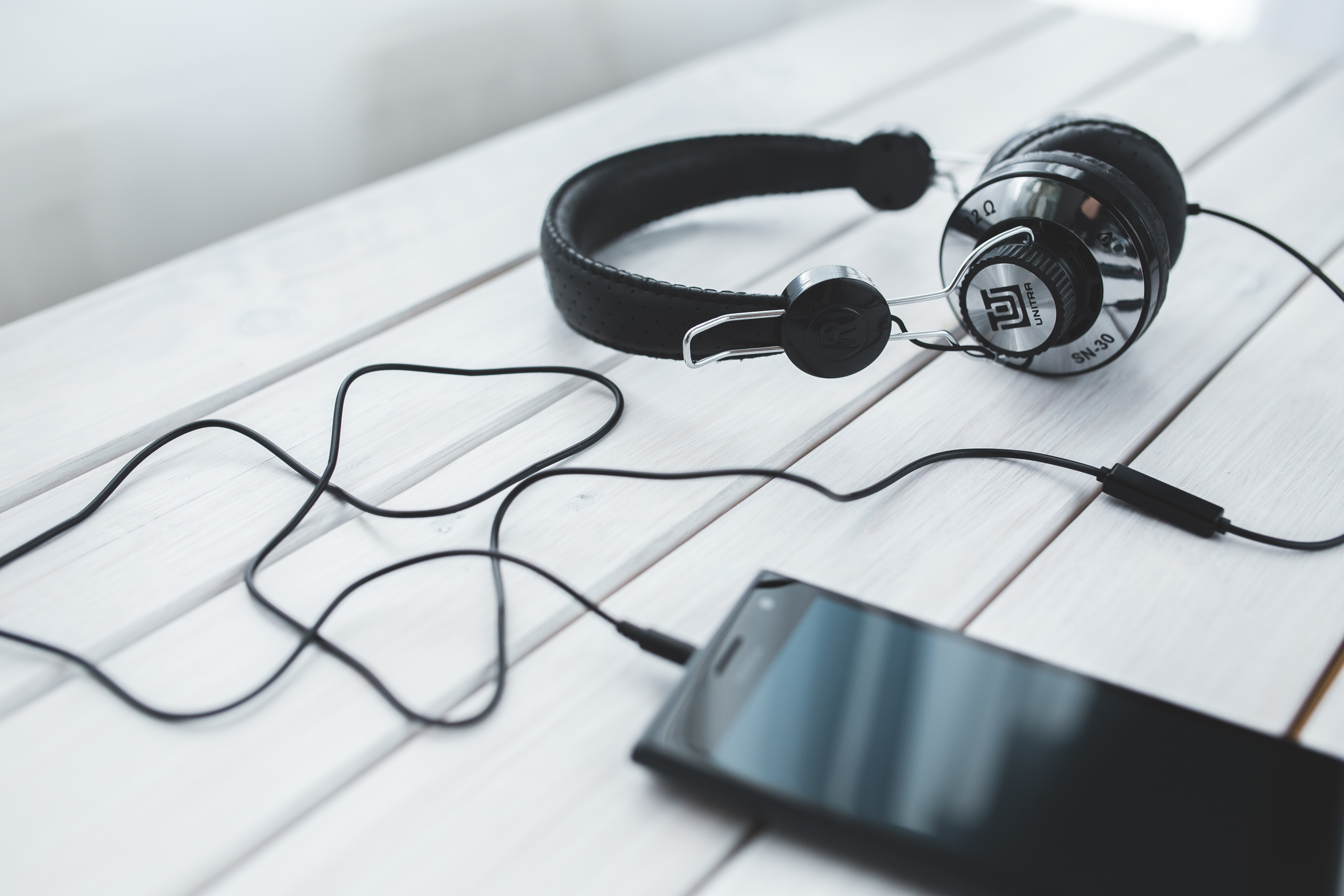 Skorzystaj ze Storytel i pożegnaj się z nudą. Najciekawsze nowe audiobooki dostępne w abonamencie