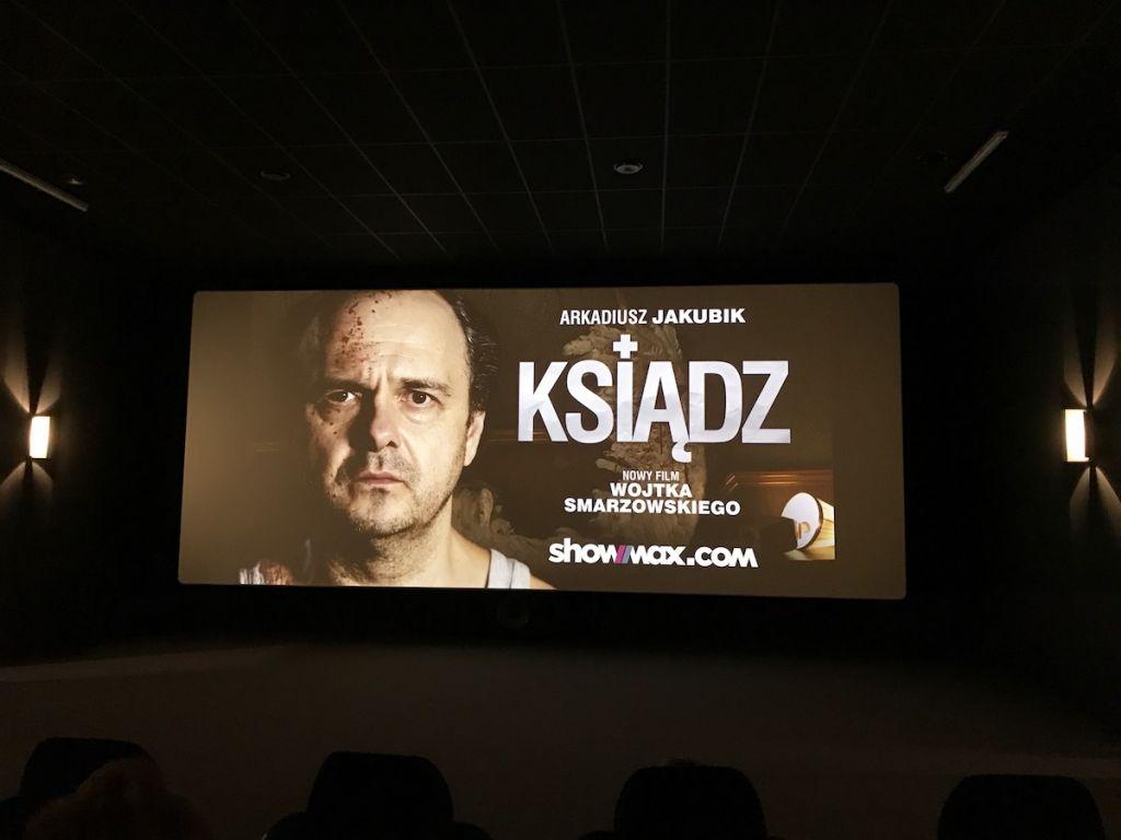 Short Ksiądz na ekranie w kinie