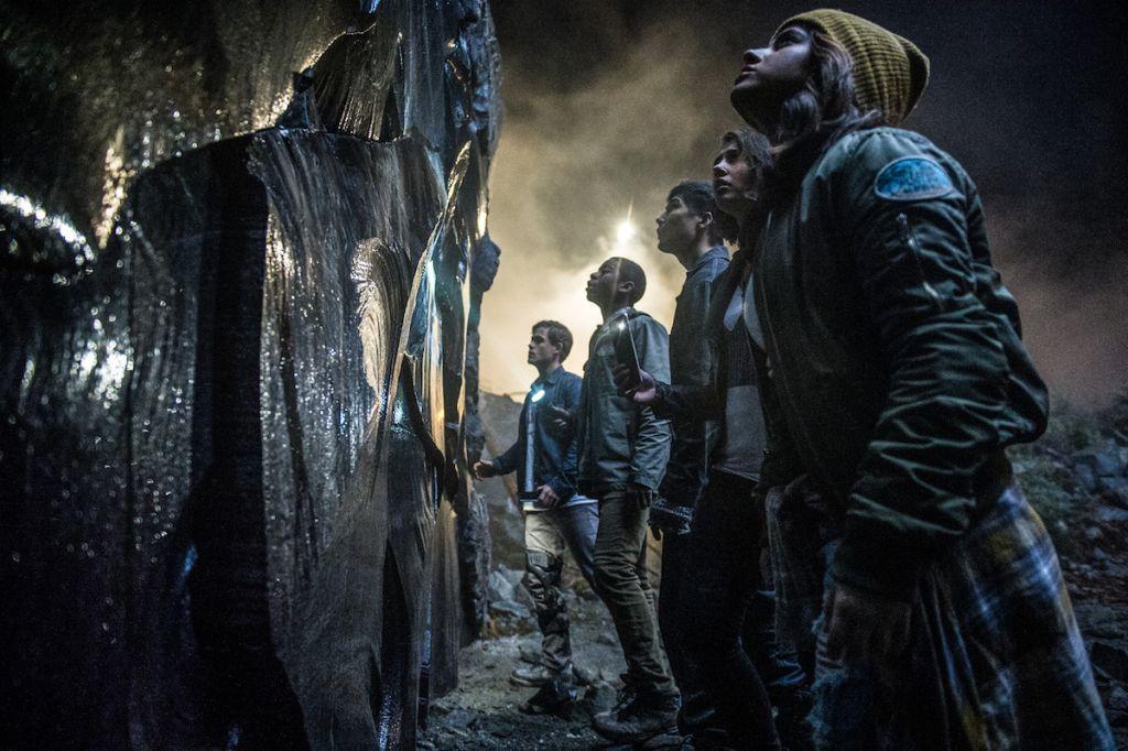 Power Rangers recenzja film 2017 - bohaterowie przy ścianie
